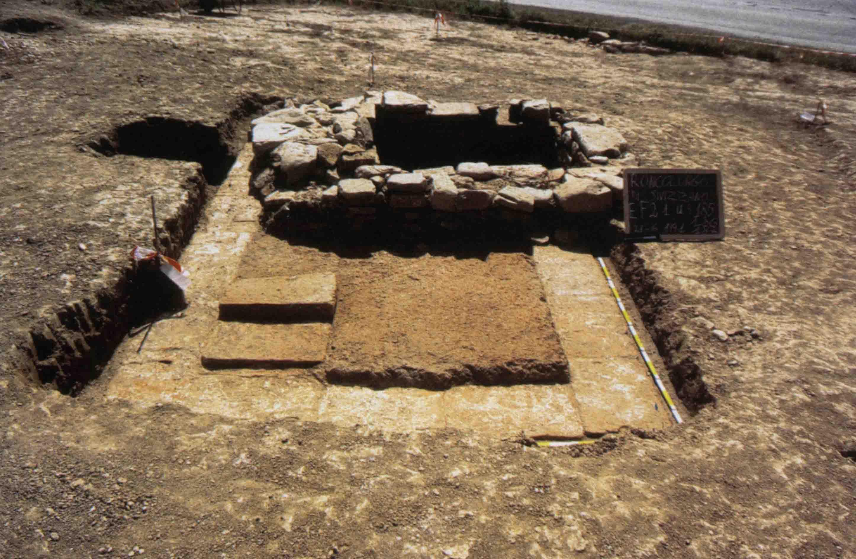 08. Veduta degli scavi (SAER-Catarsi 1989-91) dell'insediamento romano di Roncolungo di Sivizzano (Fornovo Taro), lungo la strada per Luni, con impianti per la produzione del vino. In basso, resti della vasca per la pigiatura.