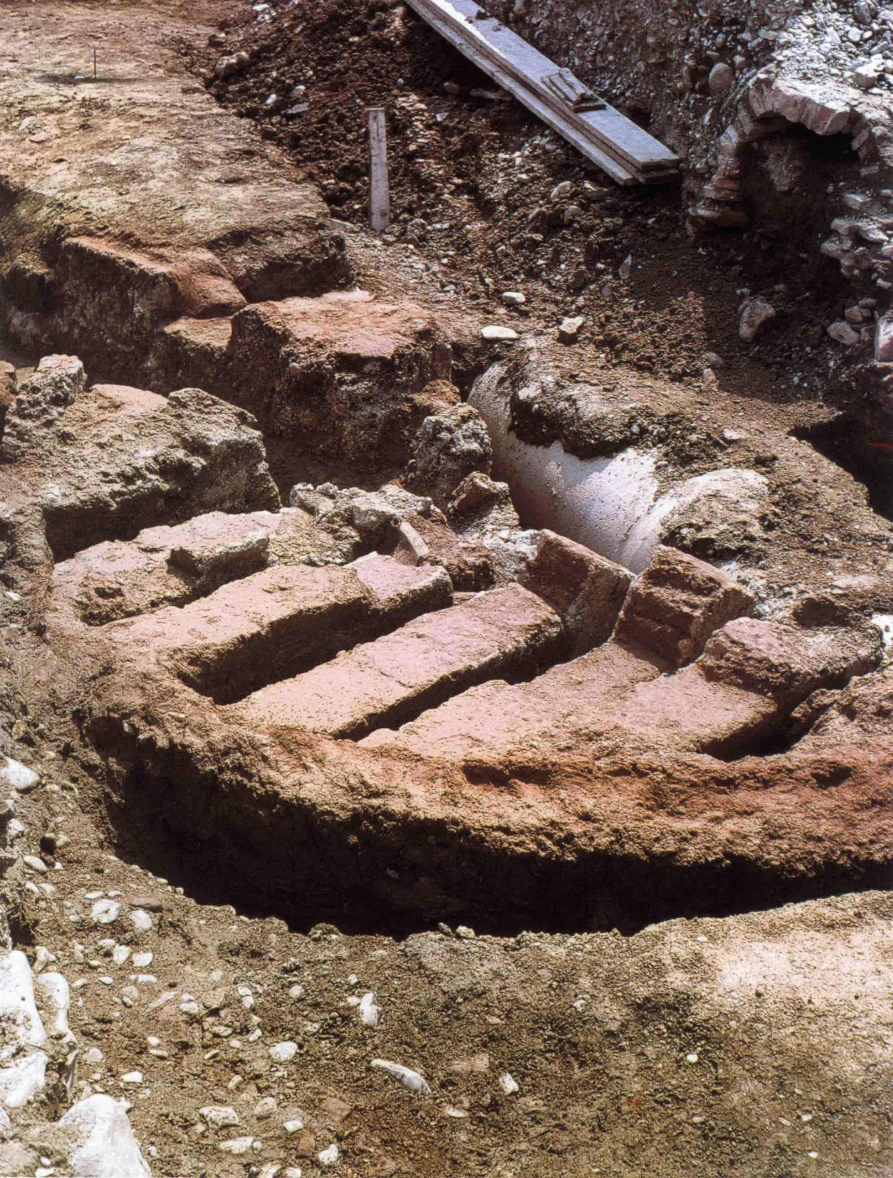 09. Fornace per anfore lungo la strada provinciale a Sala Baganza (Scavi SAER-Marini Calvani 1980).