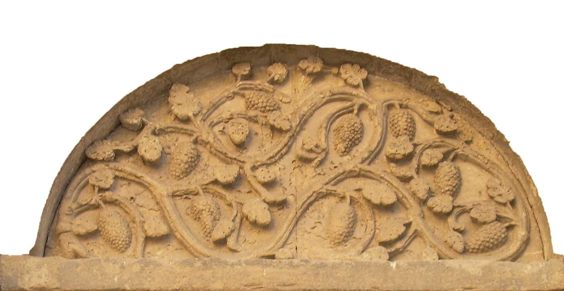10. Bassorilievo con vite e tralci simbolici. Lunetta sovrapporta, XII sec. (Arezzo, Pieve Santa Maria).