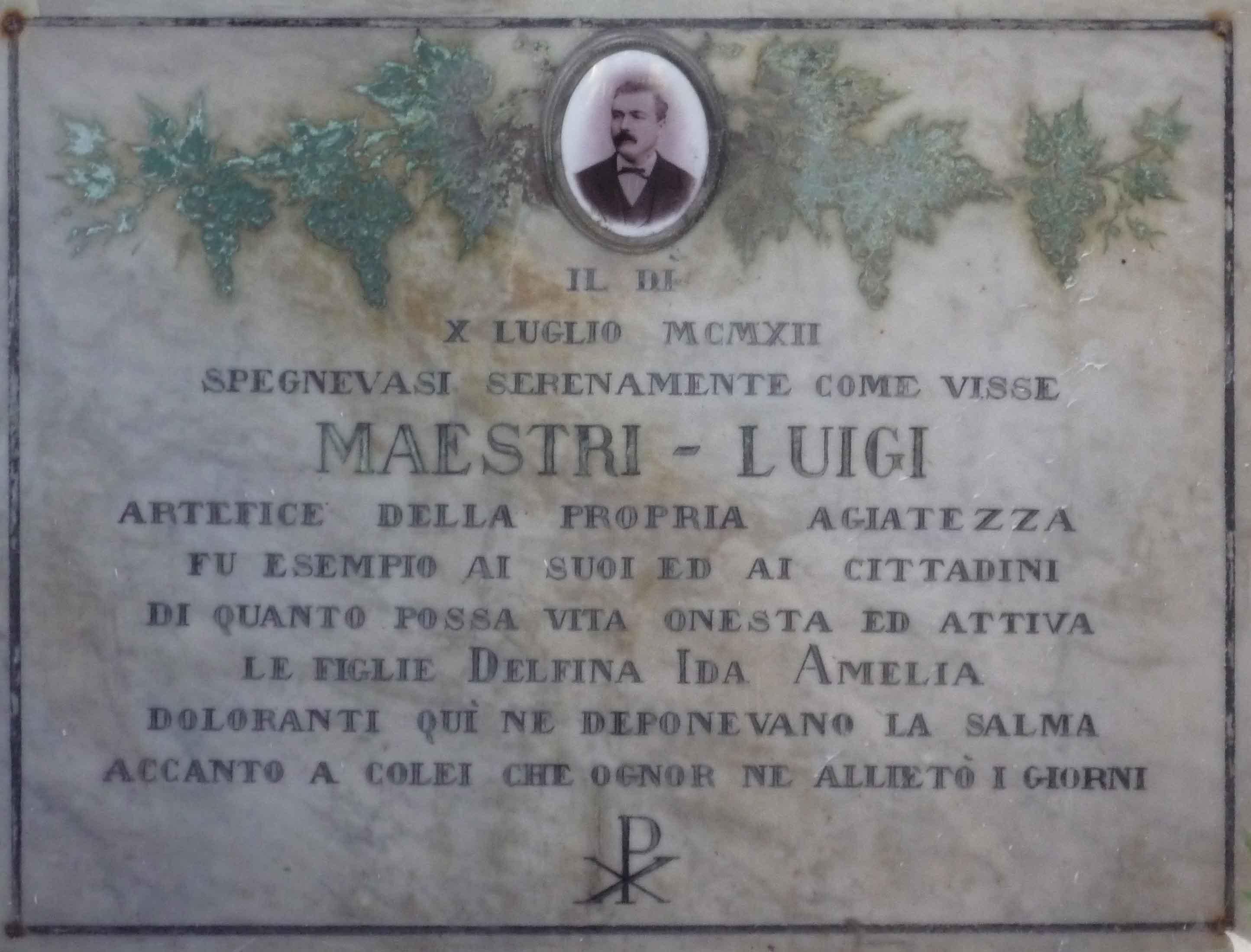 12. La sepoltura di Luigi Maestri nel cimitero di Valera, presso Parma, reca incise foglie di vite come motivo ornamentale, a ricordo della sua importante attività di viticoltore e di selezionatore della varietà di lambrusco che ancor oggi porta il suo nome.